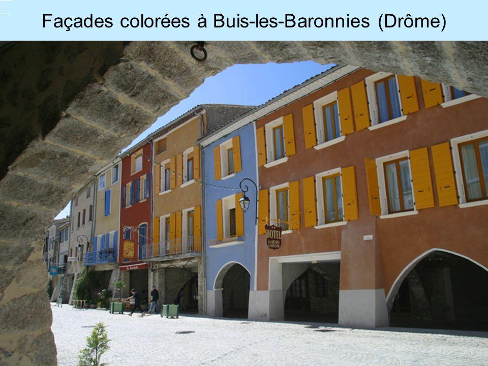 Façades colorées à Buis-les-Baronnies (Drôme)
