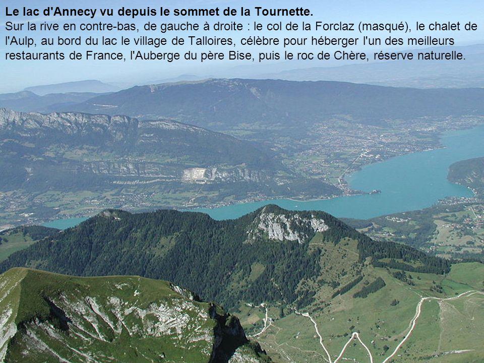 Le lac d'Annecy vu depuis le sommet de la Tournette. Sur la rive en contre-bas, de gauche à droite : le col de la Forclaz (masqué), le chalet de l'Aul
