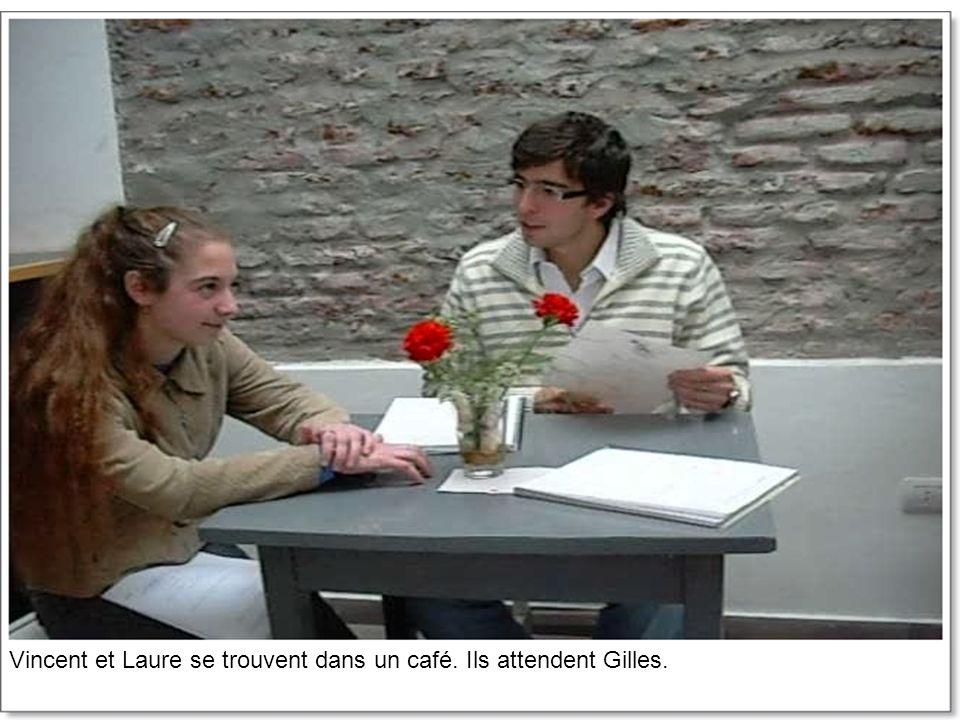 Quand Gilles arrive, il commence à parler de ce que lui est arrivé la veille.