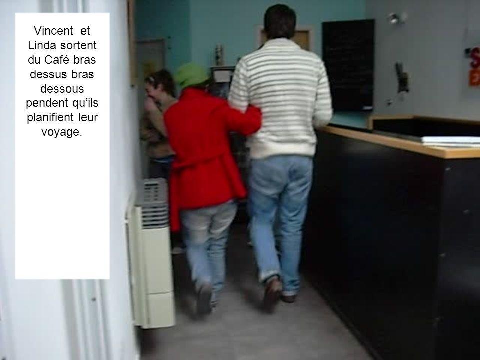 Vincent et Linda sortent du Café bras dessus bras dessous pendent quils planifient leur voyage.