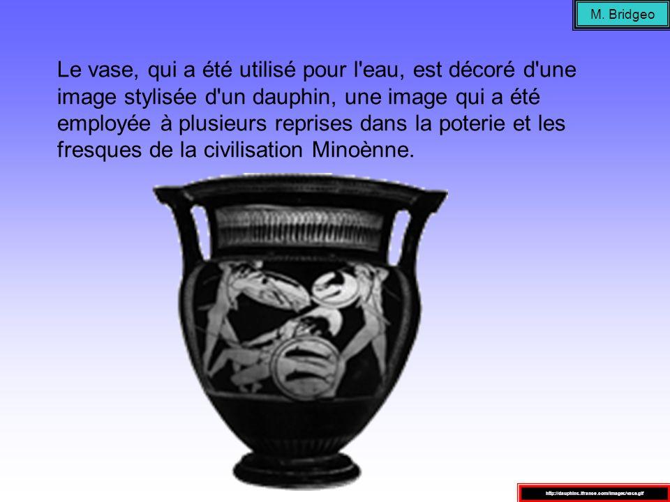 Le vase, qui a été utilisé pour l'eau, est décoré d'une image stylisée d'un dauphin, une image qui a été employée à plusieurs reprises dans la poterie