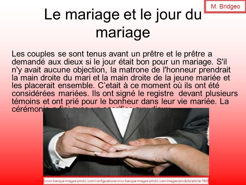 Le mariage et le jour du mariage Les couples se sont tenus avant un prêtre et le prêtre a demandé aux dieux si le jour était bon pour un mariage. S'il