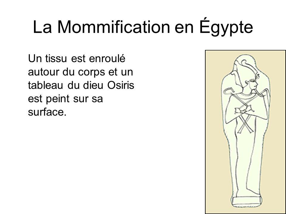 La Mommification en Égypte Un tissu est enroulé autour du corps et un tableau du dieu Osiris est peint sur sa surface.