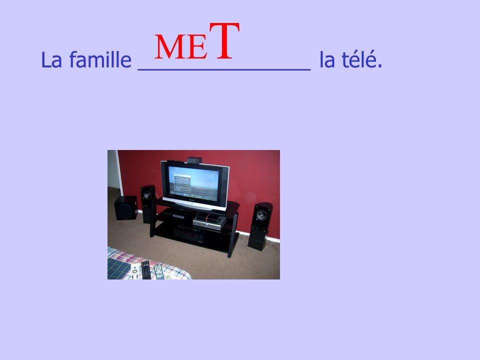 La famille _______________ la télé. ME T
