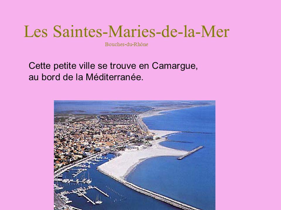 Les Saintes-Maries-de-la-Mer Bouches-du-Rhône Cette petite ville se trouve en Camargue, au bord de la Méditerranée.