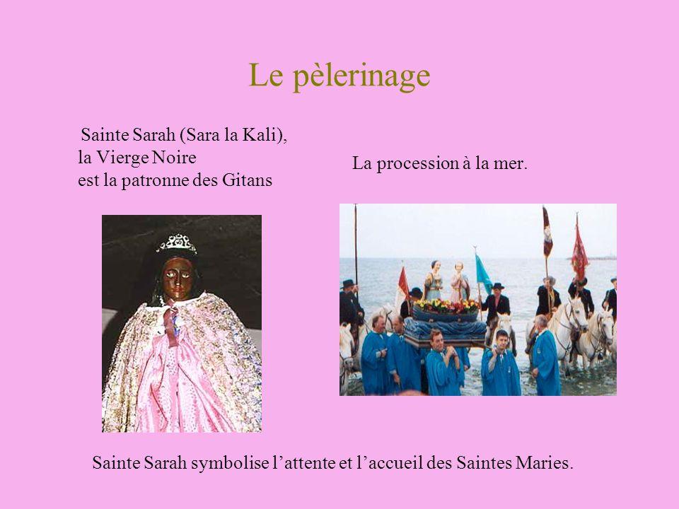 Le pèlerinage Sainte Sarah (Sara la Kali), la Vierge Noire est la patronne des Gitans La procession à la mer. Sainte Sarah symbolise lattente et laccu