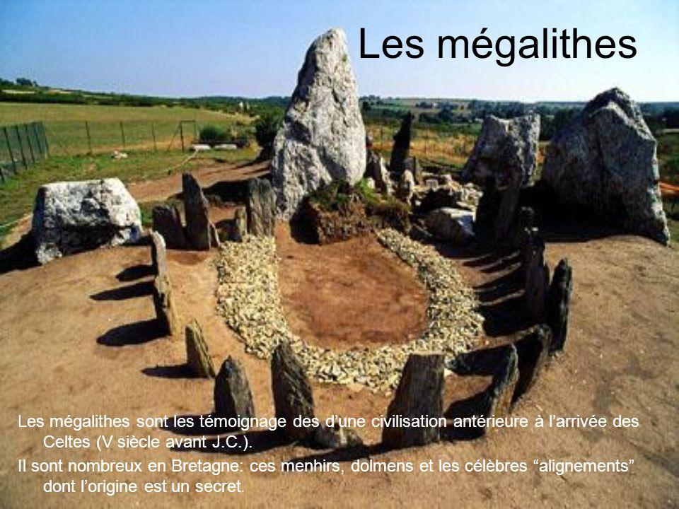 la Bretagne La Bretagne, à l'extrême ouest, est une terre sauvage entre ciel et mer, une région à part avec une langue,le breton, et des tradition trè