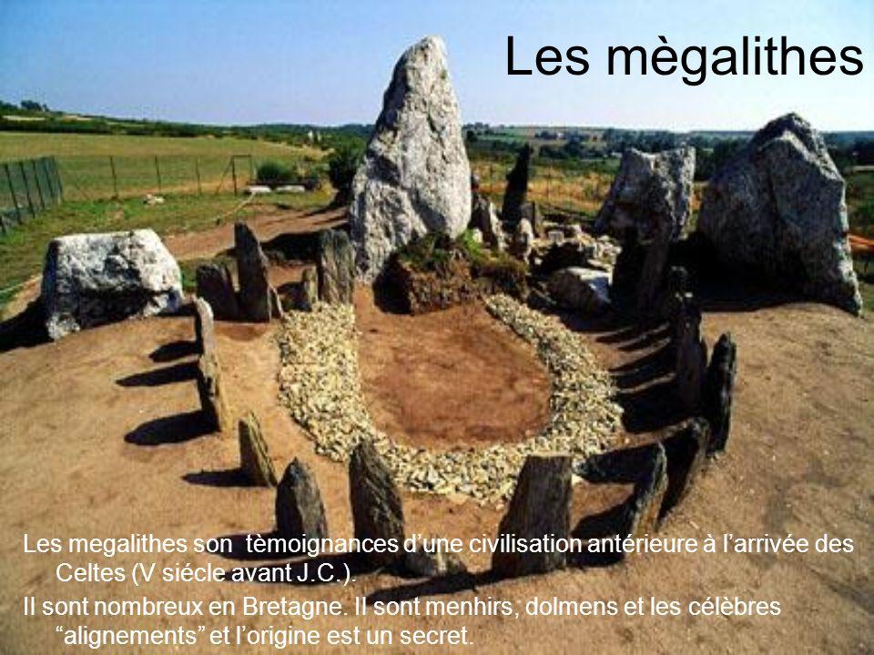 Les mègalithes Les megalithes son tèmoignances dune civilisation antérieure à larrivée des Celtes (V siécle avant J.C.). Il sont nombreux en Bretagne.