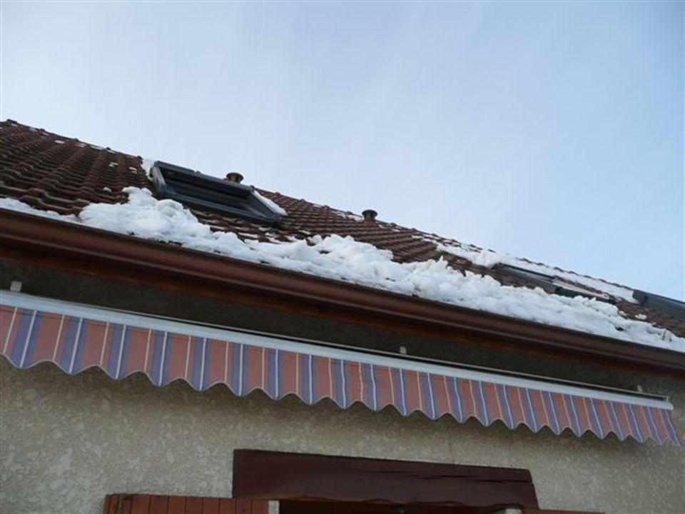 Ces bosses là ce sont les petites avalanches de neige de toit toute la nuit qui se sont accumulés ! (40 à 60cm)