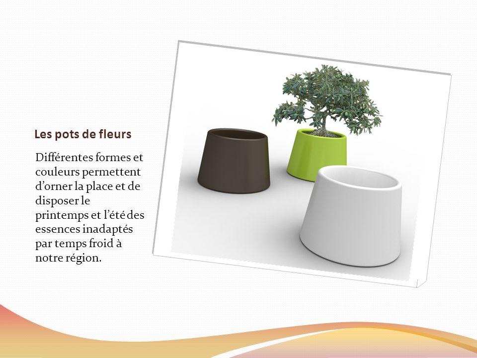 Les pots de fleurs Différentes formes et couleurs permettent dorner la place et de disposer le printemps et lété des essences inadaptés par temps froid à notre région.