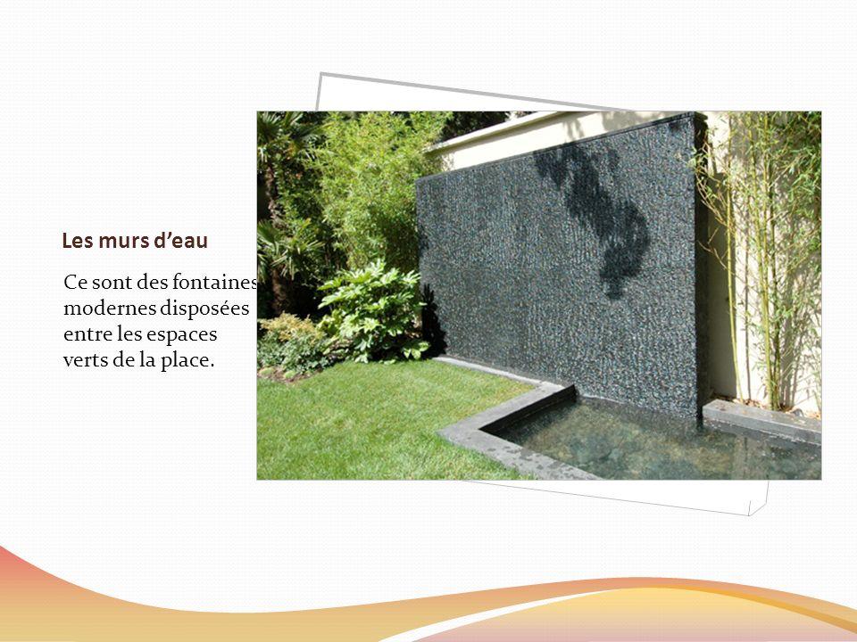 Les murs deau Ce sont des fontaines modernes disposées entre les espaces verts de la place.