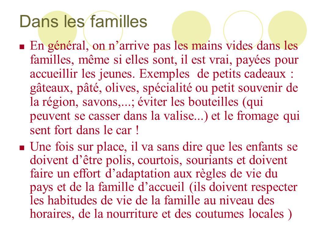 Dans les familles En général, on narrive pas les mains vides dans les familles, même si elles sont, il est vrai, payées pour accueillir les jeunes. Ex