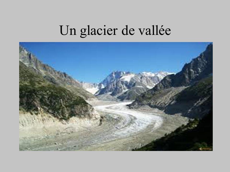 Un glacier suspendu Certains glaciers suspendus sont en calotte comme le glacier qui recouvre le Mont Blanc.