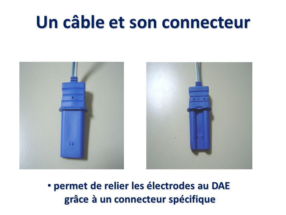 Un câble et son connecteur permet de relier les électrodes au DAE permet de relier les électrodes au DAE grâce à un connecteur spécifique