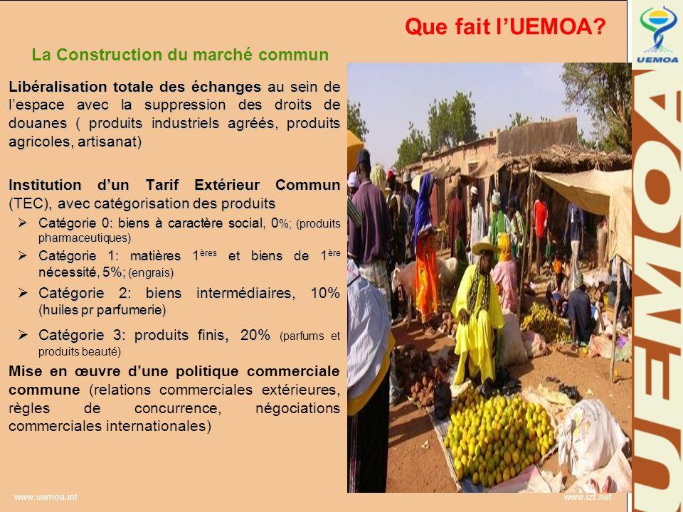 www.uemoa.int www.izf.net Que fait lUEMOA? La Construction du marché commun Libéralisation totale des échanges au sein de lespace avec la suppression