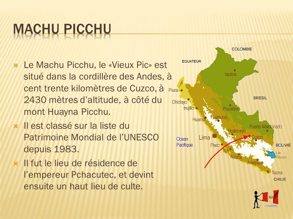 Le Machu Picchu, le «Vieux Pic» est situé dans la cordillère des Andes, à cent trente kilomètres de Cuzco, à 2430 mètres daltitude, à côté du mont Hua