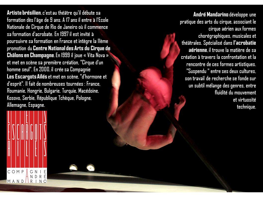 Artiste brésilien, c'est au théâtre qu'il débute sa formation dès lâge de 9 ans. A 17 ans il entre à l'Ecole Nationale de Cirque de Rio de Janeiro où