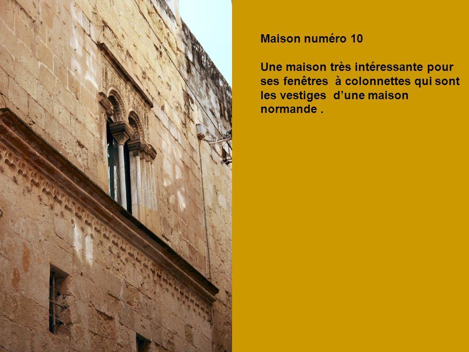 Maison numéro 10 Une maison très intéressante pour ses fenêtres à colonnettes qui sont les vestiges dune maison normande.