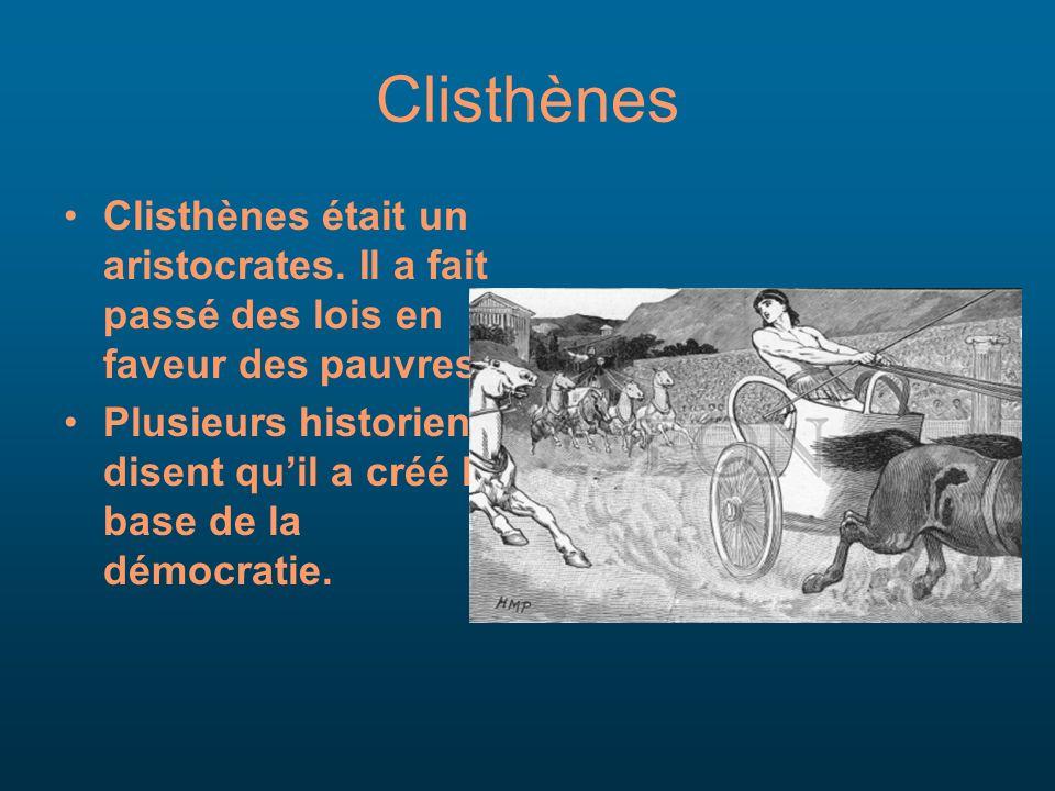 Clisthènes Clisthènes était un aristocrates. Il a fait passé des lois en faveur des pauvres. Plusieurs historiens disent quil a créé la base de la dém
