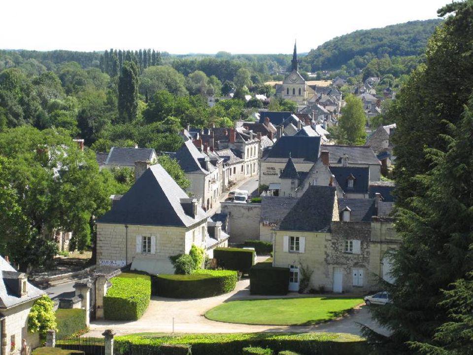 Vu de là-haut, voici un village qui fleure bon la France profonde, dans un délicieux écrin de verdure, un village qui semble avoir traversé les siècle