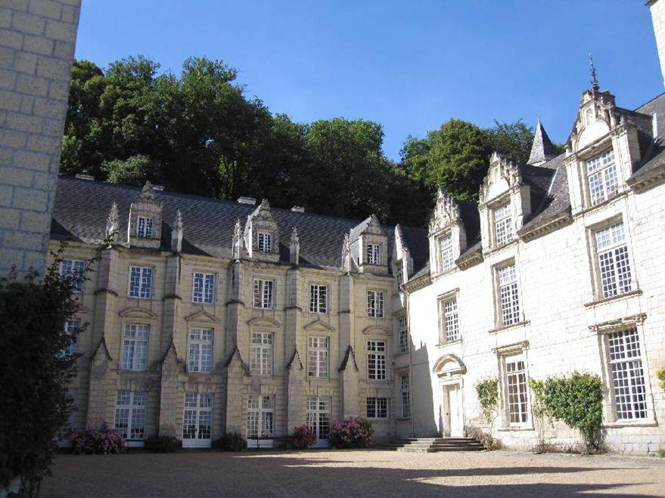 Laustère demeure médiévale laisse la place à la délicieuse résidence Grand siècle et à sa cour dhonneur.