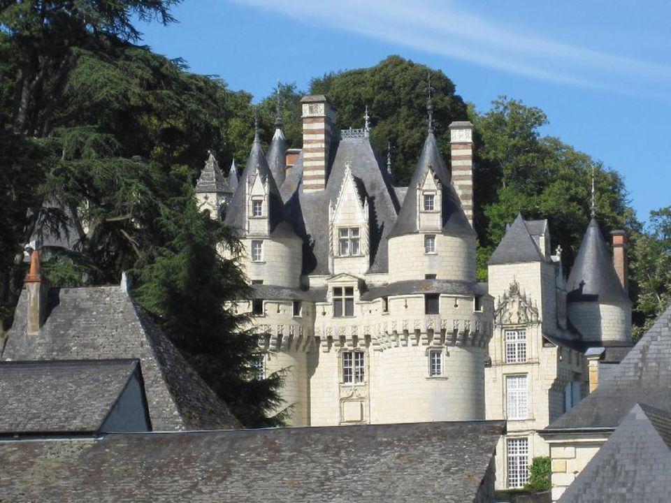 IL ETAIT UNE FOIS, LA BELLE AU BOIS DORMANT… Dominant lIndre, adossé à la falaise où vient mourir la forêt de Chinon, ce château des XVe, XVIe et XVII