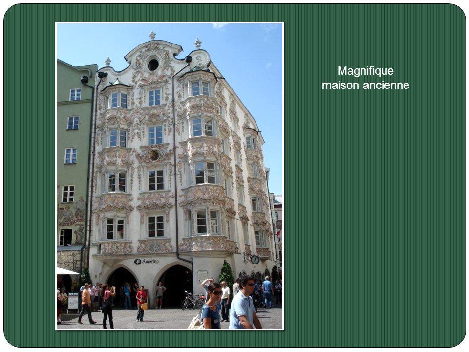 Le Beffroi; c'est une partie de l'ancien hôtel de ville qui a été construit en 1358. Il est situé près de