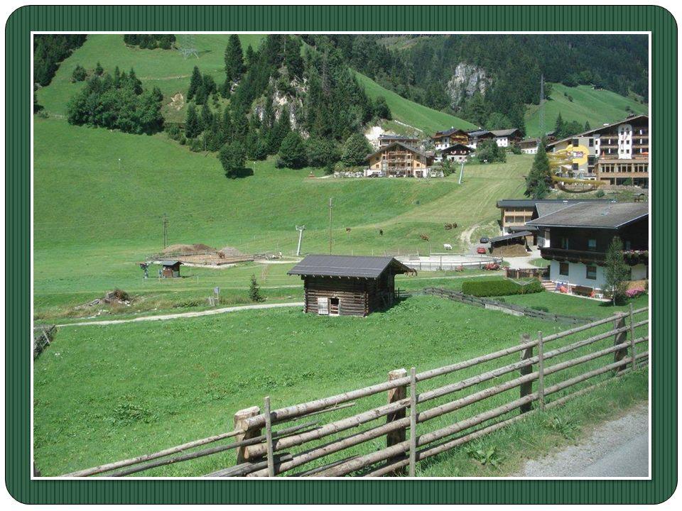 Le Kitzbüheler est remarquable pour ses énormes chalets en bois de mèléze Sur les toits des fermes Tyroliennes, on peut Apercevoir de petites cloches.