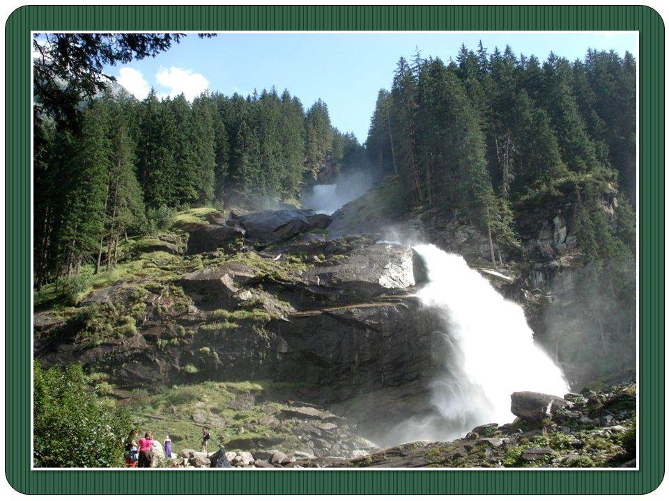 Dans la vallée du Pinzgau, le clou du spectacle reste les chutes de Krimml. Venues de 12 glaciers, ces cascades hautes de 380 mètres déversent leurs t