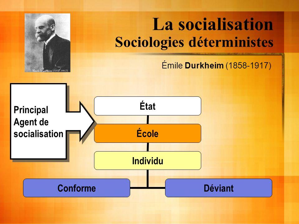 La socialisation Sociologies déterministes (Durkheim,1968,35) « Il est vain de croire que nous pouvons élever nos enfants comme nous voulons […].» « […] il y a des coutumes auxquelles nous sommes tenus de nous conformer[…].» « […] si nous dérogeons trop gravement elles se vengent sur nos enfants […].»