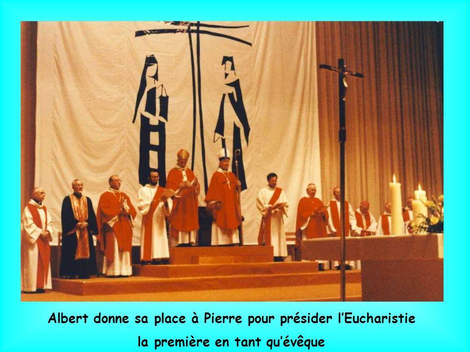 Après avoir fait lonction de Saint-Chrême sur la tête de Pierre, Albert Decourtray passe lanneau pastoral au doigt du nouvel évêque, lui remet la mitr