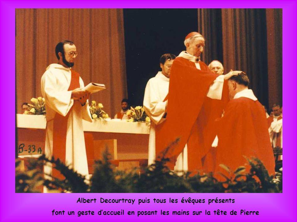 Alors que Pierre est allongé, lassemblée chante : Saints et Saintes de Dieu, priez pour nous !
