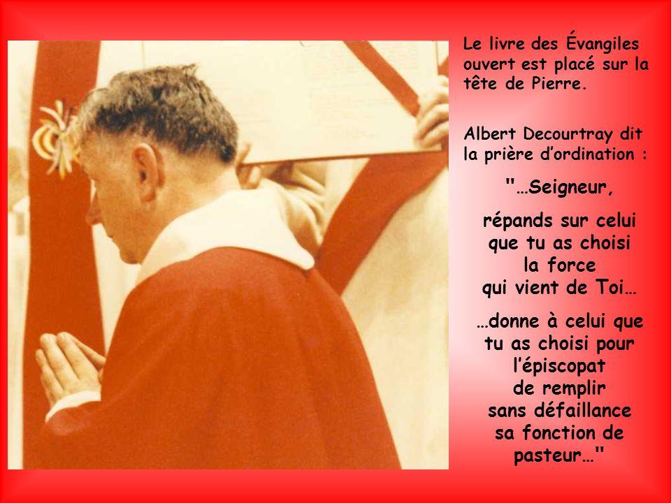 Albert Decourtray puis tous les évêques présents font un geste daccueil en posant les mains sur la tête de Pierre