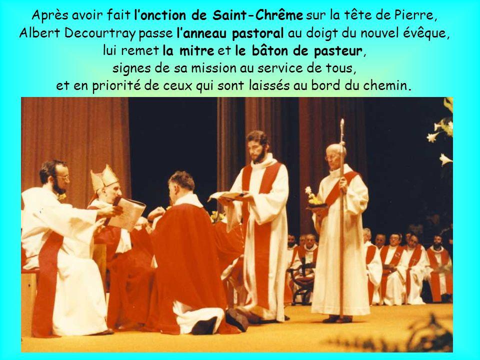 Le livre des Évangiles ouvert est placé sur la tête de Pierre. Albert Decourtray dit la prière dordination :