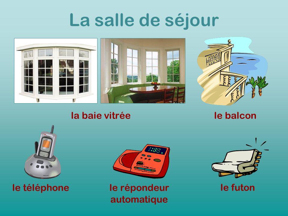 La salle de séjour la baie vitréele balcon le téléphonele répondeur automatique le futon