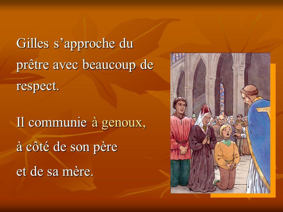 Gilles sapproche du prêtre avec beaucoup de respect. Il communie à genoux, à côté de son père et de sa mère.