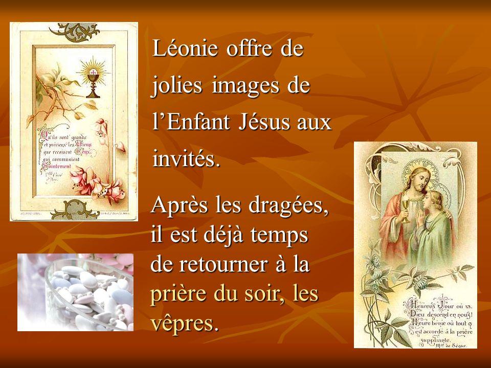 Léonie offre de jolies images de lEnfant Jésus aux invités. Après les dragées, il est déjà temps de retourner à la prière du soir, les vêpres.