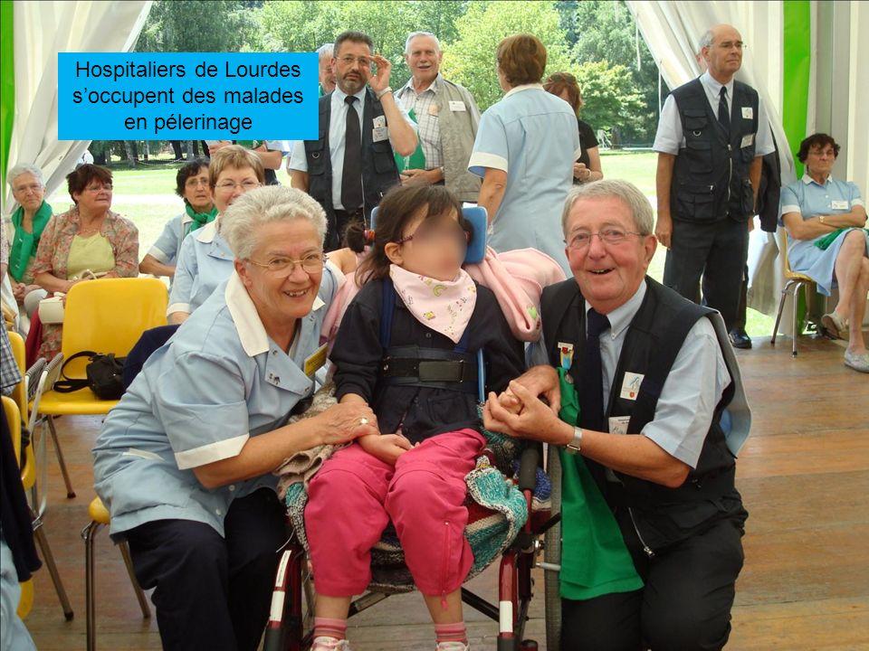 Hospitaliers de Lourdes soccupent des malades en pélerinage