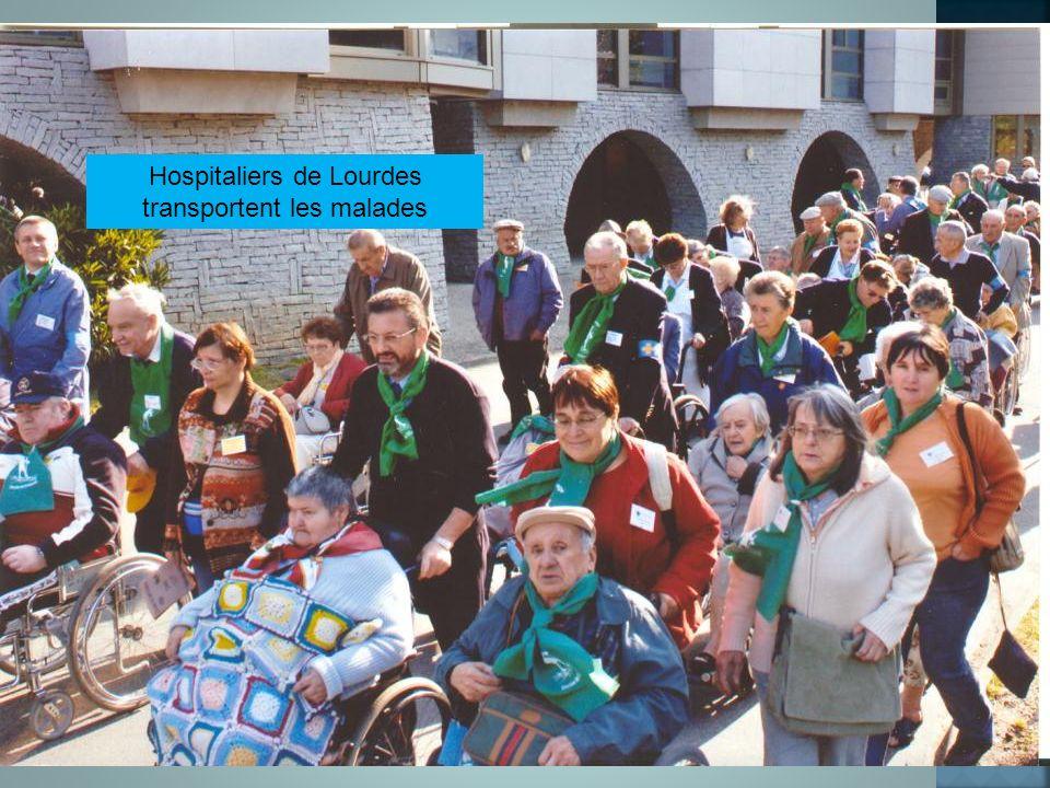 Hospitaliers de Lourdes transportent les malades
