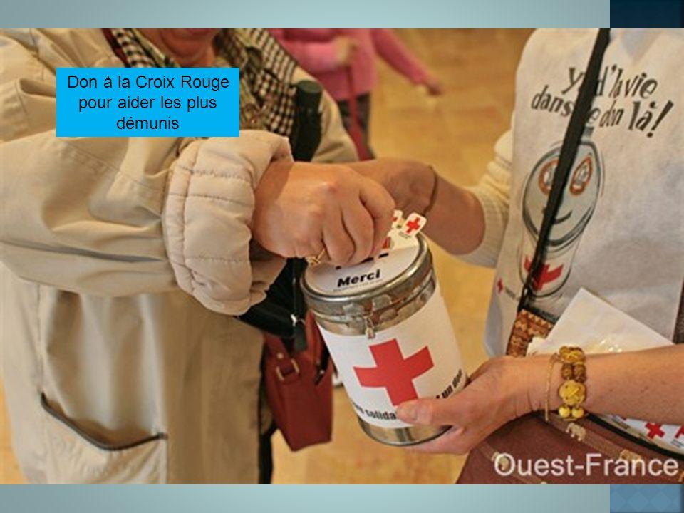 Don à la Croix Rouge pour aider les plus démunis