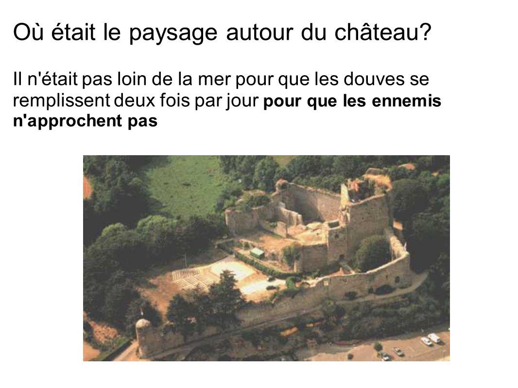 Où était le paysage autour du château? Il n'était pas loin de la mer pour que les douves se remplissent deux fois par jour pour que les ennemis n'appr
