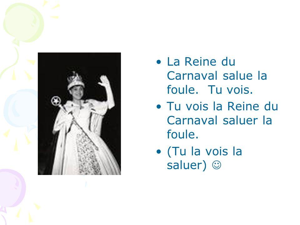 La Reine du Carnaval salue la foule. Tu vois. Tu vois la Reine du Carnaval saluer la foule. (Tu la vois la saluer)