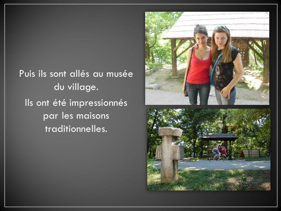 Puis ils sont allés au musée du village. Ils ont été impressionnés par les maisons traditionnelles.