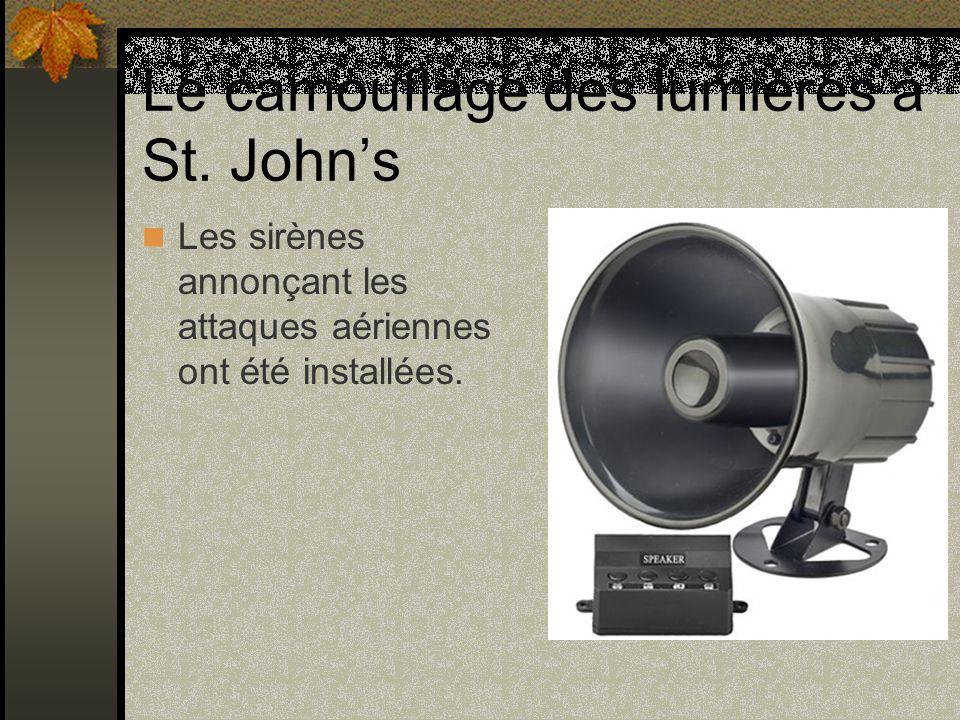 Le camouflage des lumières à St. Johns Les sirènes annonçant les attaques aériennes ont été installées.