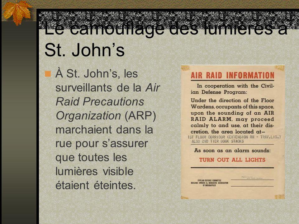 Le camouflage des lumières à St. Johns À St. Johns, les surveillants de la Air Raid Precautions Organization (ARP) marchaient dans la rue pour sassure