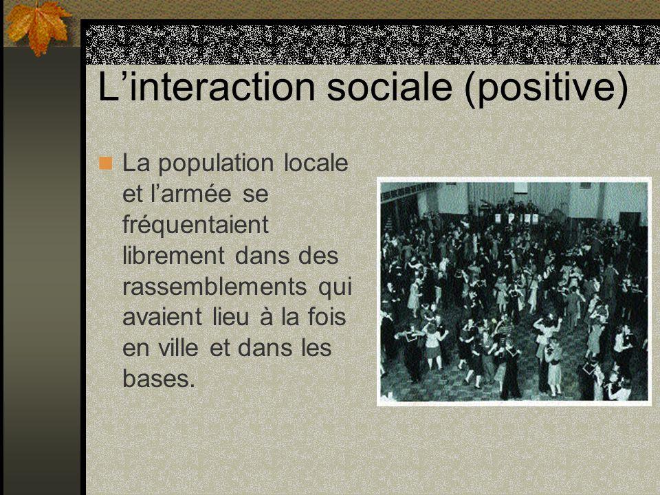 Linteraction sociale (positive) La population locale et larmée se fréquentaient librement dans des rassemblements qui avaient lieu à la fois en ville