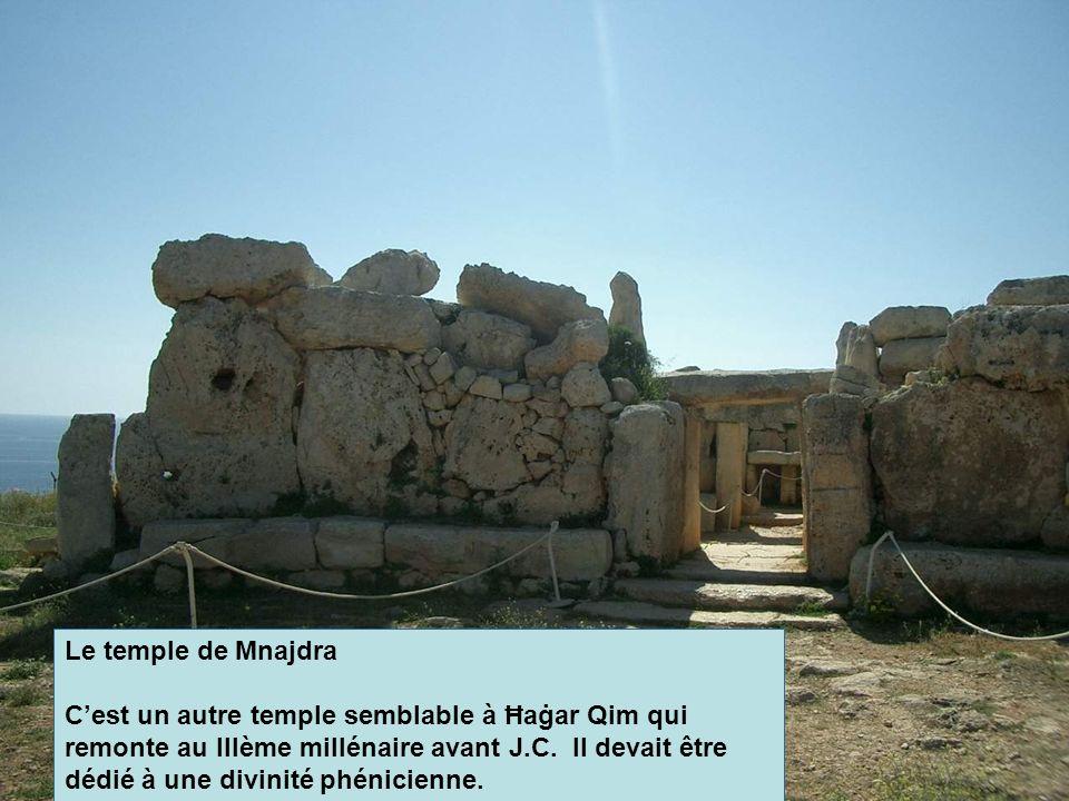 Le temple de Mnajdra Cest un autre temple semblable à Ħaġar Qim qui remonte au IIIème millénaire avant J.C. Il devait être dédié à une divinité phénic