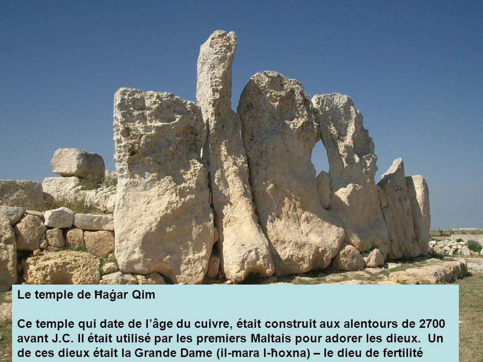 Le temple de Ħaġar Qim Ce temple qui date de lâge du cuivre, était construit aux alentours de 2700 avant J.C. Il était utilisé par les premiers Maltai