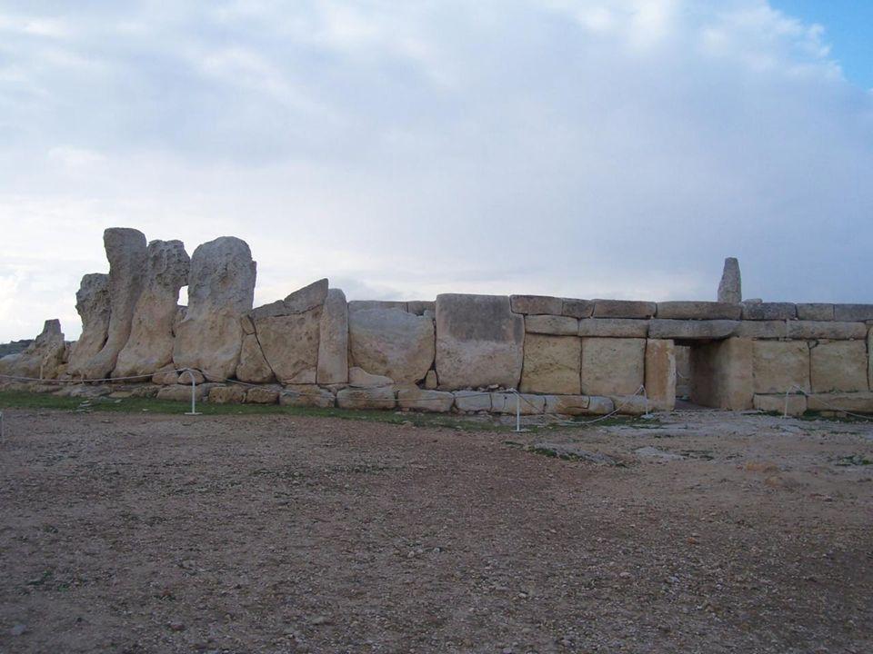 Le temple de Mnajdra Cest un autre temple semblable à Ħaġar Qim qui remonte au IIIème millénaire avant J.C.