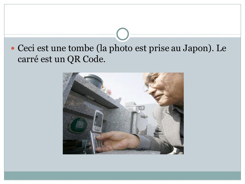 Ceci est une tombe (la photo est prise au Japon). Le carré est un QR Code.